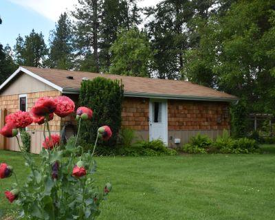 Bright spacious garden cottage 10 mi. west of Eugene. Fully remodeled sleeps 1-6 - Elmira