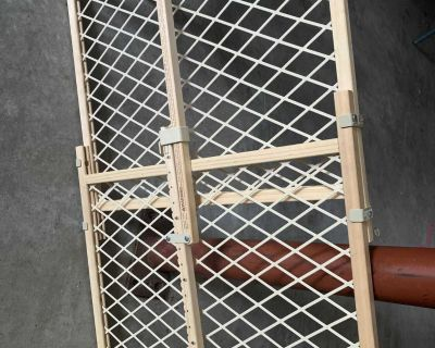Evenflo wood adjustable baby gate excellent condition very clean smoke free