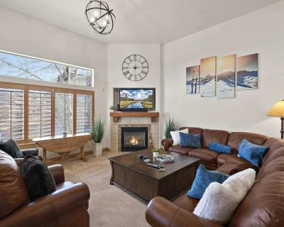New listing! The Nordic: 2000 Sq Ft Luxury W/Private Hot Tub and shared pool - Bear Hollow Village