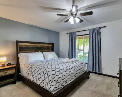 New! Ground level, Pool/Spa, WIFI, Minutes to GCC & Historic Downtown Glendale s dining/shopping! - Glendale