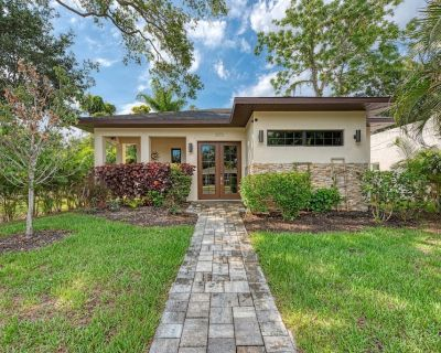 Spectacular contemporary, central location with pool, spa & sauna close to beach - Gillespie Park