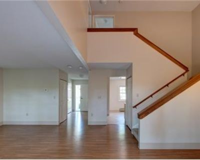 Townhouse in quiet area, spacious with big kitchen. Dog OK!