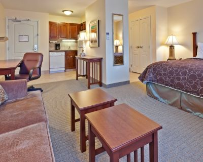 Queen Studio | Free Breakfast, Pool Access + Business Center On-Site - Hamilton County