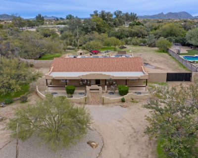 LUX & AMAZING: All King Beds, Mt Views, HOT TUB, Putting Green, Fire Pits, Pool Table, Games - North Scottsdale