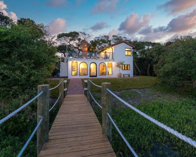 Marsh front villa on an acre. Private Dock + hot tub, steps from the beach - Vilano Beach