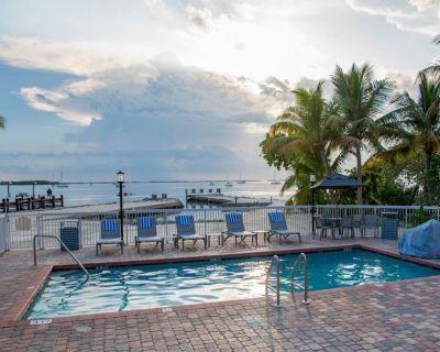 Perfect Island Escape! Two Stunning Units, Pool, Parking - Key Largo