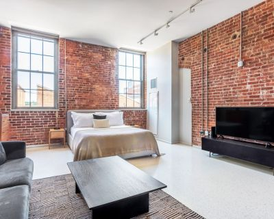 Stunning Charlestown Studio w/ W/D, Roof Patio, Doorman, by Blueground - Thompson Square - Bunker Hill