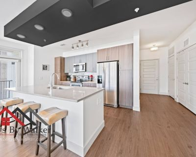 Steps From Downtown 2BR/2B King Beds Cable + Wi-Fi Balcony (1200 SqFt) - Oakland