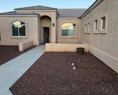 Centrally Located Family Retreat | Backyard+Pkg - Fort Mohave