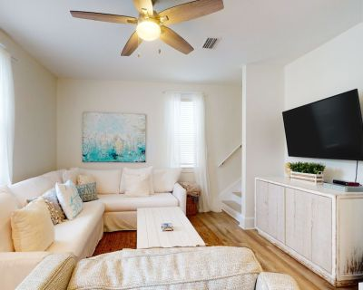 Updated & Newly-Furnished Bungalow w/ Free WiFi plus a Shared Pool & Hot Tub - Seagrove Beach