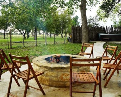 The Ranch House Hot Tub & Fire Pit - Fredericksburg