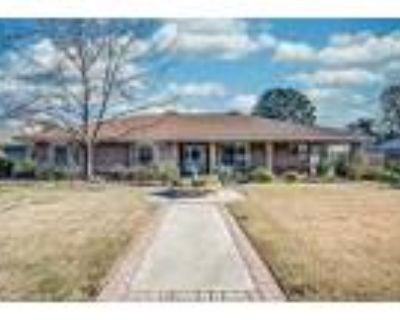 Almost 1 Acre With A Pool - RealBiz360 Virtual Tour