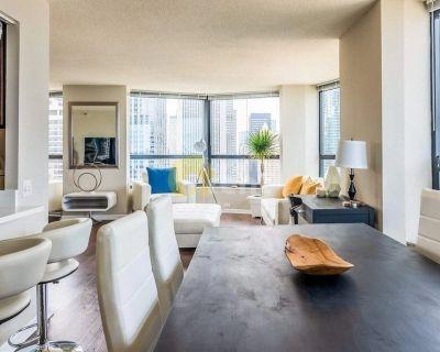 Chicago,3 bedroom apartment / Breathtaking Views, Indoor Pool, & Gym