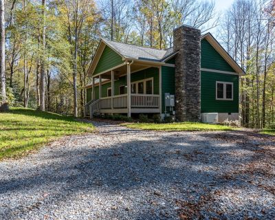 Secluded on 25 acres with hiking trails, creek, fire pit, and FREE POOL ACCESS - Townsend