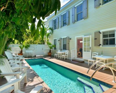 """STARS"" ~4 bedroom, 2 Bath Condo, Pool Heat, Downtown Location! - Historic Seaport"