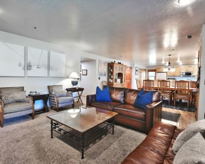 Spacious 3 Bedroom All Seasons Condo - Steps to PC Mountain Skiing - Sleeps up to 11 - Downtown Park City