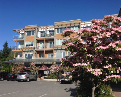 Upscale Condo Close to Golf, Beach and RRU - Colwood