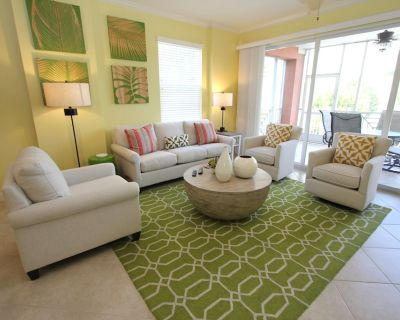 Beautiful corner end unit overlooking pool and lake with fountain. Minutes to the beach! - Bonita Springs
