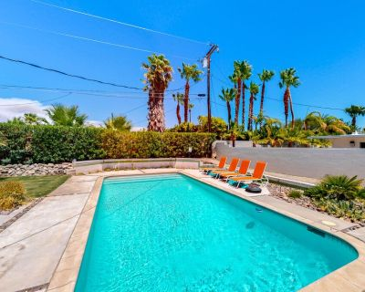 Mid-century, family-friendly home w/private heated outdoor pool, firepit & grill - Racquet Club Estates