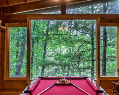 Comfortable cabin with pool table, jetted-tubs, fireplace, and pool access - Pigeon Forge