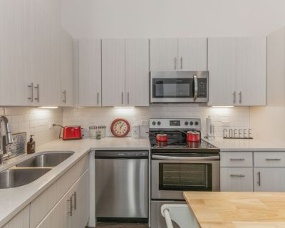 Gen Con Indy fans! Spacious Studio Apt Downtown/Mass Ave/King Bed/Free Parking/ - Mile Square