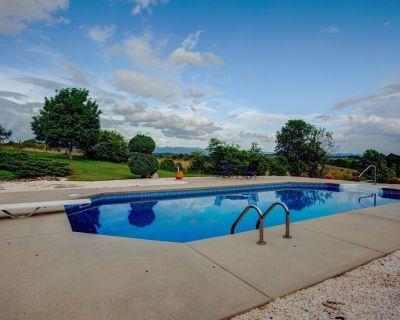 Blue Ridge Pool House: Luxury estate, POOL, hot tub, Game RM & more! Hosts weddings & events. - Marshall