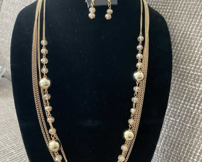New Gorgeous Gold Iridescent Necklace & Earrings set $5.33