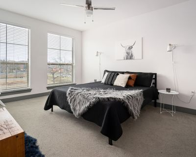 Lux Downtown Apt - King bed, Pool & SkyLounge! - Fort Worth