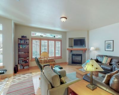 Beautiful home w/shared pool, hot tub & fitness center nearby - Bear Hollow Village