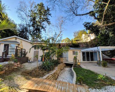 Private Hillside Duplex near Bel Air & UCLA with Patio & Garden + Parking - Los Angeles