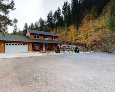 Mountain view home w/gameroom cottage, hot tub, & pool table - Peshastin