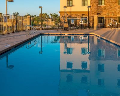 Amazing Central Location | Outdoor Pool + Hot Tub + FREE Breakfast - Chandler
