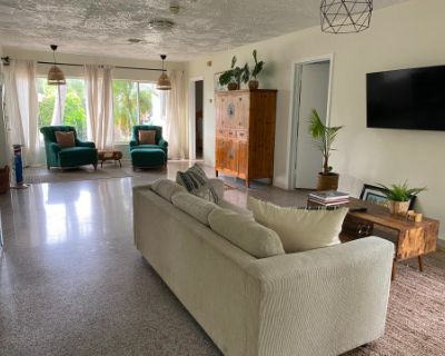 Enchanting 3 Bedroom Beach House with Tons of Natural Light, Deerfield Beach, FL