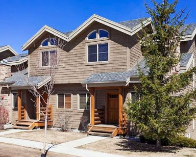 Comfortable family home with a private hot tub and a community pool & gym! - Bear Hollow Village