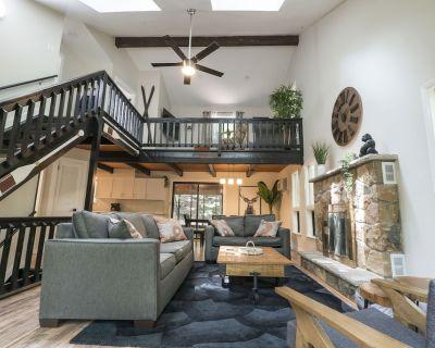 The Summit Lakeside Chalet - A Luxury Poconos Retreat w/ Sauna + 3 Decks + Loft! - East Stroudsburg