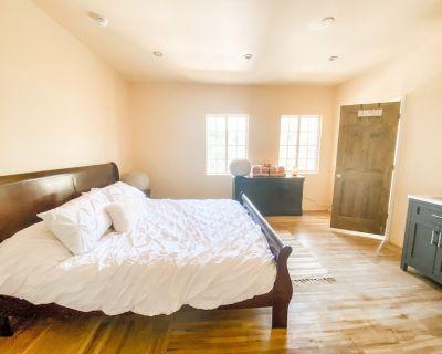 Luxe King Suite, Full bathroom - Mid-Wilshire