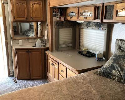 Fantastic fifth wheel, just steps from heated outdoor pool and hot tub. - Cathedral City