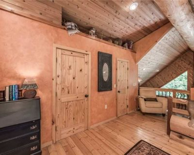 Bear Foot Lodge - Two Bedroom Cabin with Hot Tub - Ruidoso