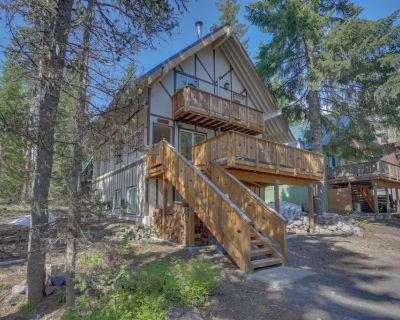 Stylish duplex-style cabin w/free WiFi, private hot tub, and grill! - Government Camp