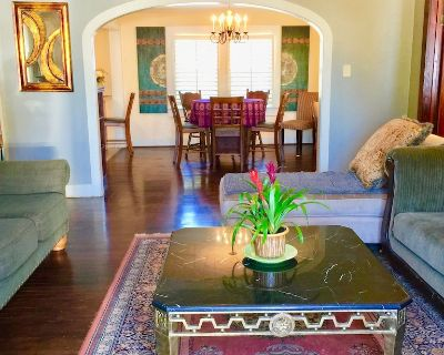 Birdhouse Guesthouse & Gardens. Elegant home with outdoor seating & trees - Lafayette