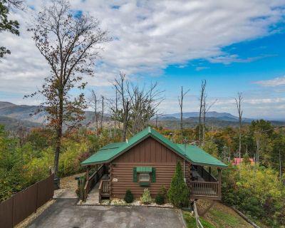 Gatlinburg Cabin with Views, Hot Tub, Pool Table, Smoky Mountains, 1 bed/1 bath - Gatlinburg