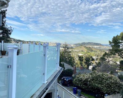 Hot tub! Secluded 7 decks, large fam ok, SF HILLS+GARDEN w-A/C -31 day rental - Uptown Brisbane