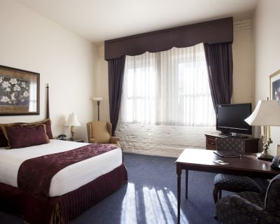 Historic Hotel in the heart of Old Town / 1 Queen Suite - Old Town Wichita