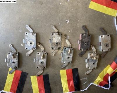 Cargo door mechanism