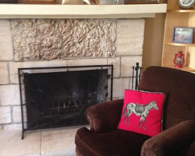 San Antonio Historic Home, 3 bedrooms: Hill Country Views, Dogs Welcome - Helotes