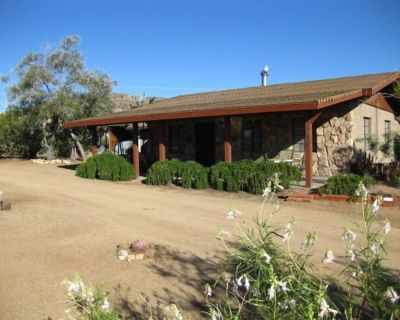 Quiet , relaxing 2 1/2 acre Hilltop home bordering Nature Preserve - Yucca Valley