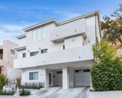 Contemporary Clean Luxury Museum Style Retreat with modern amenities - Sherman Oaks