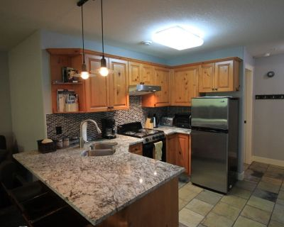 Ski-in|Ski-out, Renovated 1 large bedroom, 2 bath, sleeps 5 with private hot tub - Sun Peaks