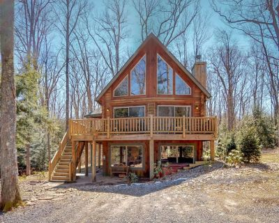 Premier chalet w/ private hot tub, pool table, firepit, & tranquil wooded views - Oakland