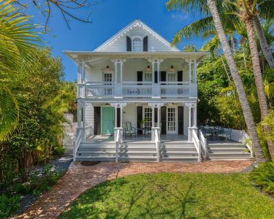 """""""SOUTHERNMOST BELLE""""~ Heated Pool, Gourmet Kitchen & Elegant Large Bedrooms! - Historic Seaport"""